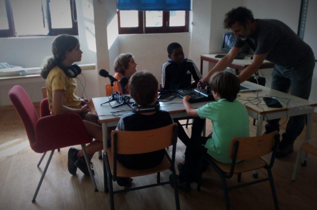 manobras comunicadeiras: estúdio provisório na escola primária de soajo
