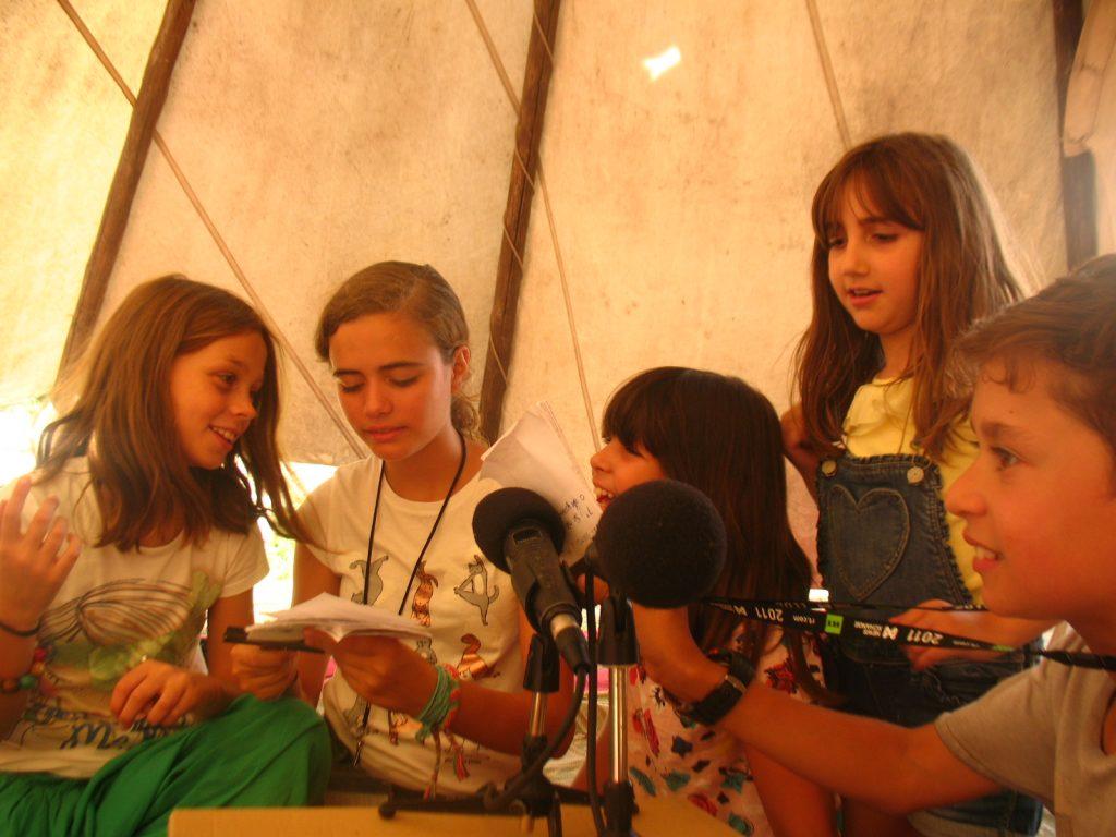 Manobras Comunicadeiras: equipa de mini-repórteres a preparar as suas entrevistas